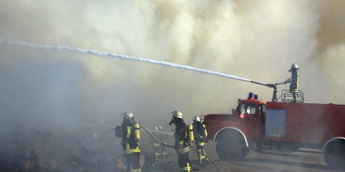 Großbrand in Entsorgungsbetrieb – Dichte Rauchwolken über Mainz