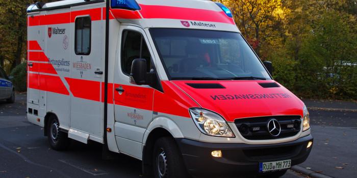 In Rettungswagen eingestiegen und Sanitäter angespuckt