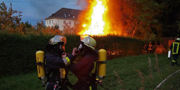 Wohnwagen im Petersweg niedergebrannt – Gartenhütte durch Feuer beschädigt