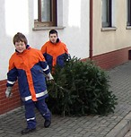 Jugendfeuerwehren und ELW holen ausgediente Weihnachtsbäume ab