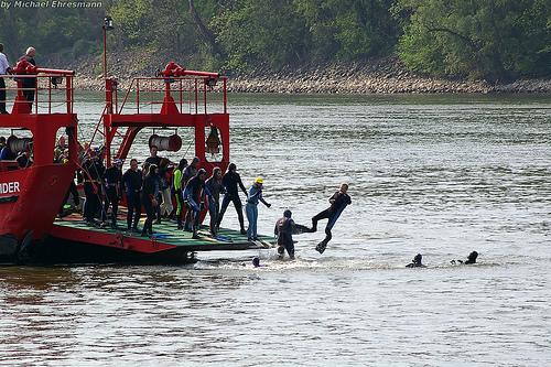 Abschwimmen der Feuerwehr Mainz im Rhein für den guten Zweck