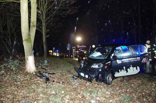 Auf nasser Fahrbahn gegen Baum – Smart-Fahrer schwer verletzt