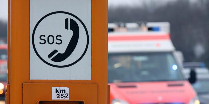 Notrufsäule mit integriertem Defibrillator auf dem Bahnhofsplatz Mainz