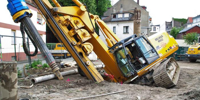 Spektakulärerer Bauunfall in Mainz: 80-Tonnen-Bohrbagger stürzt gegen Wohnhaus