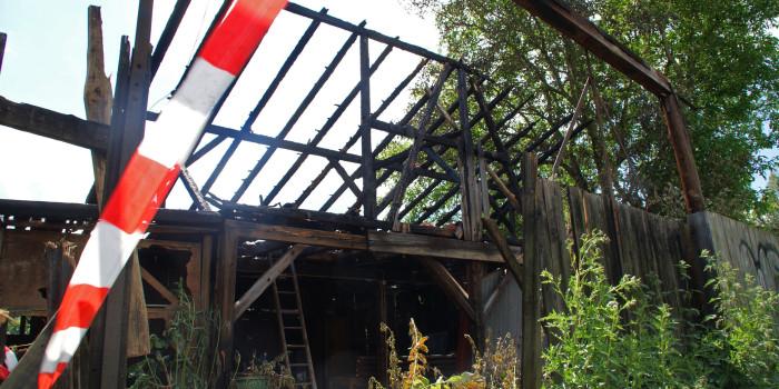 Holzschuppen niedergebrannt – Langwieriger Einsatz für Feuerwehr