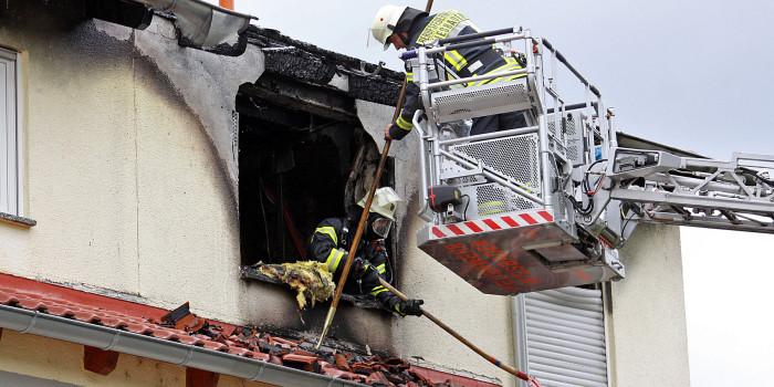 Dachgeschoss brennt aus – Schaden in Millionenhöhe bei Wohnungs- und Dachstuhlbrand in Kostheim