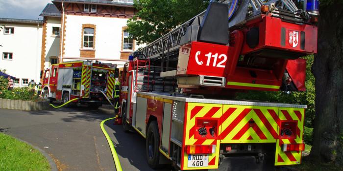 Zimmerbrand in Psychiatrie – Feuerwehrmann nach Kollaps erfolgreich reanimiert