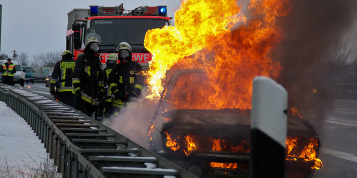 Ersthelfer rettet Frau aus brennendem Unfallwagen