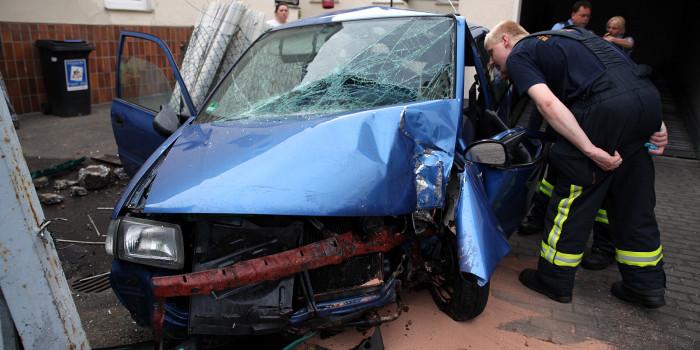 Schwerer Verkehrsunfall in Bierstadt: Auto kracht gegen Torpfosten