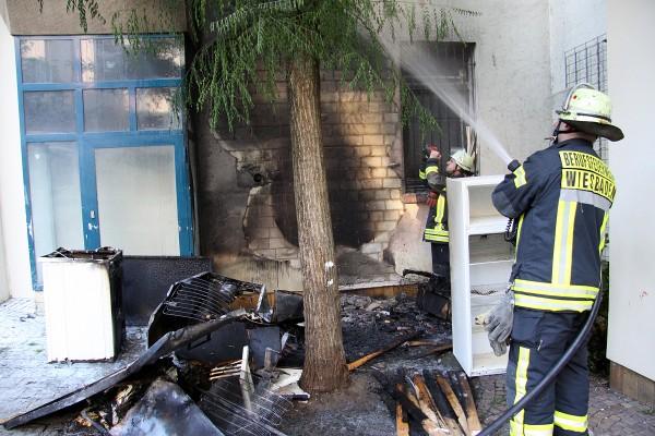 Sperrmüllbrand im Hinterhof: Verrauchte Wohnungen und drei Verletzte