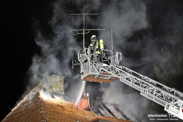 Vermutlich Brandstiftung: Dachstuhlbrand in leerstehendem Haus in der Homburger Straße