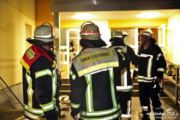 Küchenbrand im 10. Obergeschoss schnell gelöscht – Wasserschaden durch Schlauchplatzer