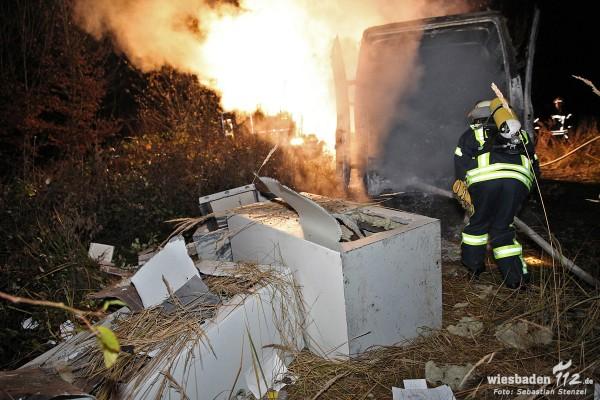 Feuerwehr löscht brennenden Kleintransporter und entdeckt aufgebrochene Tresore