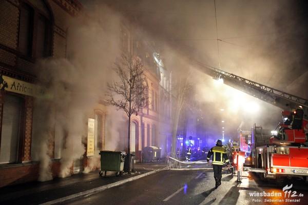 Aufwändige Löscharbeiten bei Kellerbrand – 23 Bewohner gerettet