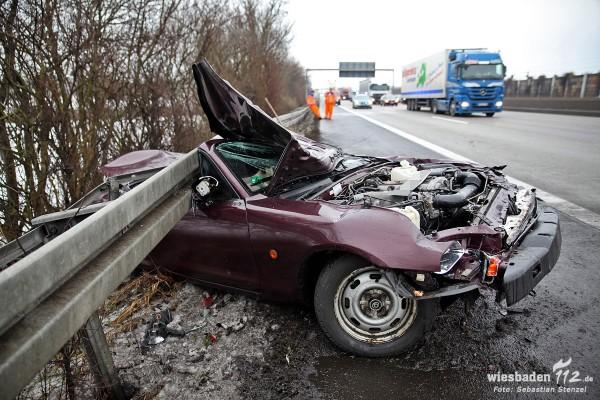 Cabrio verkeilt sich unter Leitplanke – Fahrer überlebt schwer verletzt