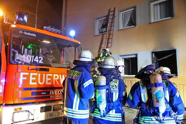 Silvesternacht: Feuerwehr und Rettungsdienst im Dauereinsatz – Wohnungsbrand in Dotzheim