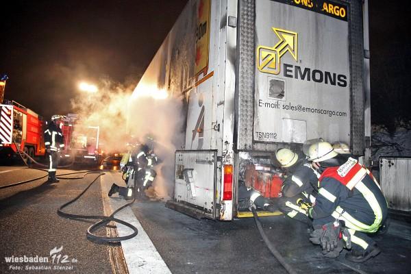 Lkw-Auflieger fängt auf der A66 bei Erbenheim Feuer