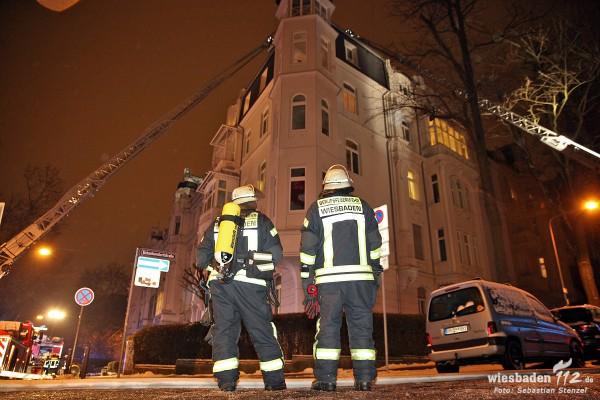 Wohnungsbrand greift auf Dachstuhl über – Großeinsatz im Kaiser-Friedrich-Ring