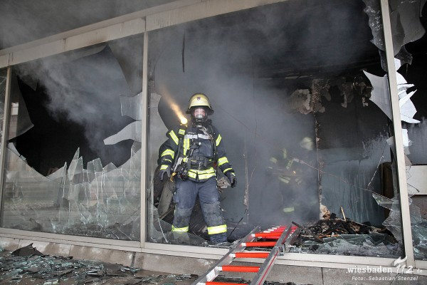 Stundenlange Löscharbeiten nach Feuer im ehemaligen R+V-Hochhaus