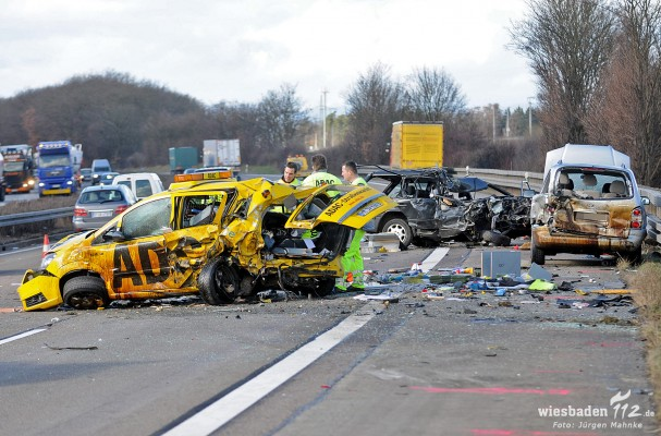 Schwerer Unfall Auf Der A3 Pkw überholt über Den Standstreifen Und
