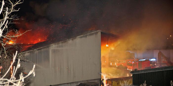 Großbrand in Entsorgungsbetrieb – Müllhaufen und Lagerhalle in Flammen