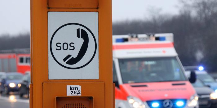 Zwei eingeklemmte Personen bei schwerem Verkehrsunfall auf der A661