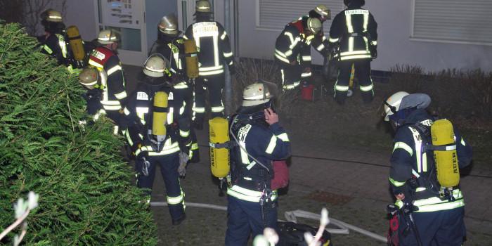 Großeinsatz bei Kellerbrand in Wohnblock – Rauchmelder warnt Bewohner rechtzeitig