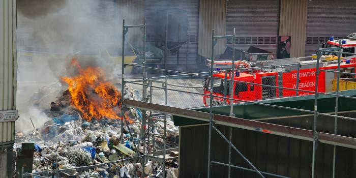 Erneut Großbrand auf dem Gelände der Firma Knettenbrech