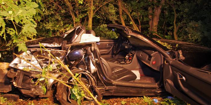 Cabrio schleudert von Autobahn in Gebüsch – Feuerwehr befreit Fahrerin