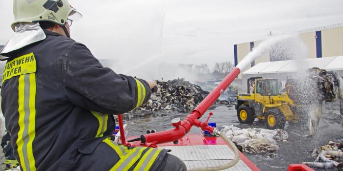 Großbrand in Kostheimer Papierfabrik – Papierballen in Flammen