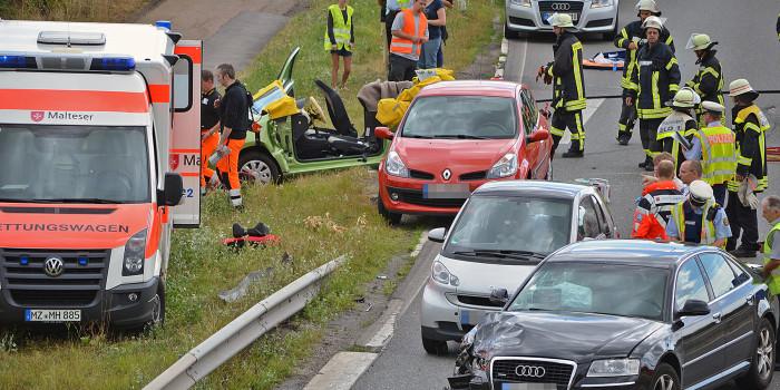 Schwerer Auffahrunfall bei Mainz-Finthen – Rettungshubschrauber landet auf der A60