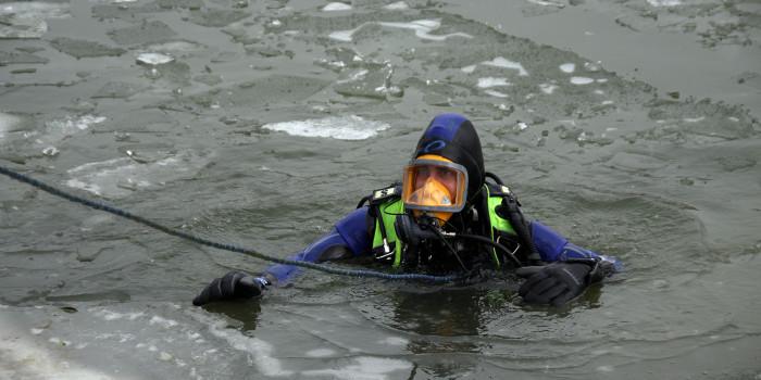 Feuerwehr und Polizei retten Frau aus dem Rhein