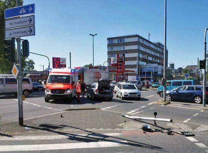 Zusammenstoß mit Rettungswagen auf Einsatzfahrt auf Kreuzung in Kastel