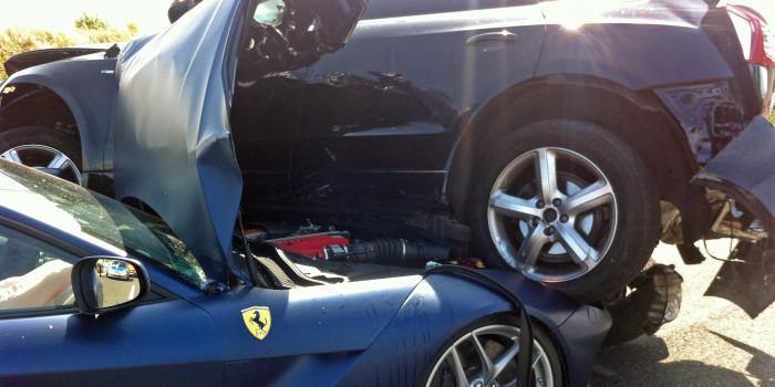 Spektakulärer Unfall auf der A3: Audi Q5 landet auf Ferrari