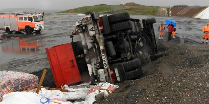 Lkw rutscht auf Deponie Böschung hinunter und kippt um