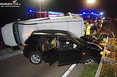Kleintransporter stürzt auf der A3 um – Feuerwehr muss Schwerverletzte befreien