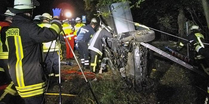 Schwerer Unfall auf der B417: Betrunken gegen Baum gekracht