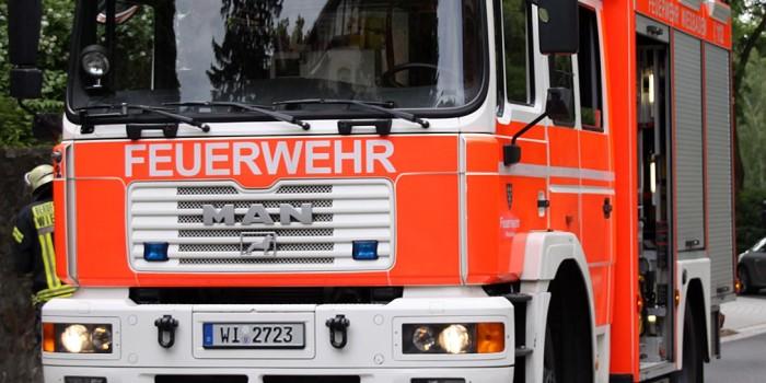 Pkw-Anhänger gerät in Biebrich in Brand