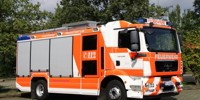Dachstuhlbrand in Frankfurt-Unterliederbach fordert die Einsatzkräfte