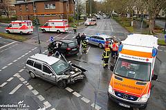 Fünf teils schwer Verletzte bei Frontalzusammenstoß auf Kreuzung