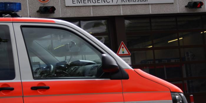 Von Bus erfasst und durch die Luft geschleudert: Fußgänger lebensgefährlich verletzt