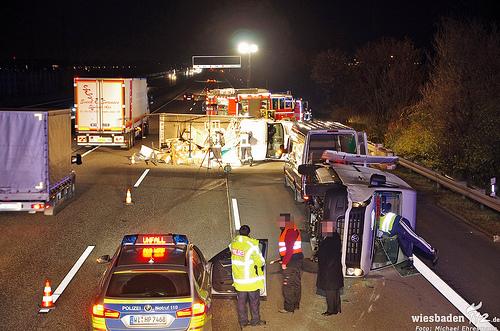 Transporter und Lkw stürzen auf A3 um – Aus Rettungs- wird Gefahrguteinsatz