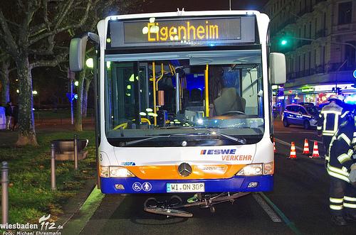 Fahrradfahrerin von Bus überrollt und tödlich verletzt