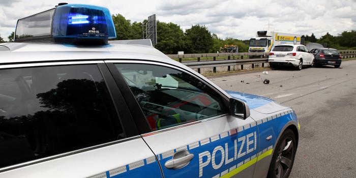 Wieder Unfall in A3-Baustelle: Kleintransporter schleudert in Mittelleitplanke