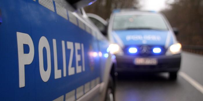 Kinder werfen Erdklumpen auf Landstraße – Auto schwer beschädigt