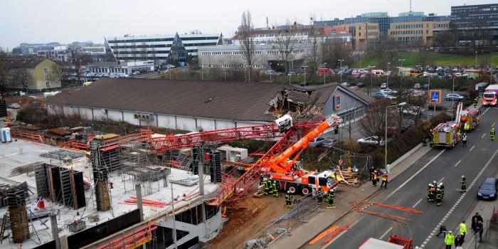 Baukran stürzt in Bad Homburg auf Einkaufsmarkt – eine Tote und sieben Verletzte