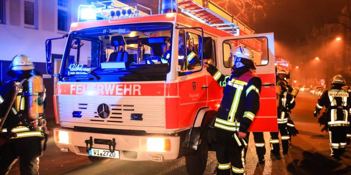 Unruhiger Jahreswechsel für die Feuerwehr Wiesbaden: 14 Brandeinsätze kurz nach Mitternacht