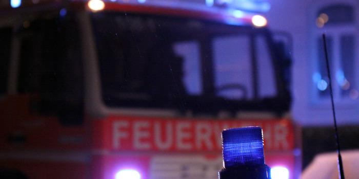 Brennenden Gegenstand in PKW geworfen