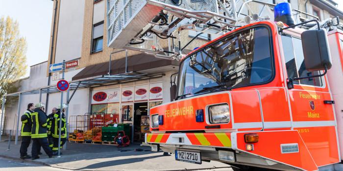 Unterstand für Müllbehälter in Mainz niedergebrannt – Lebensmittelmarkt verraucht