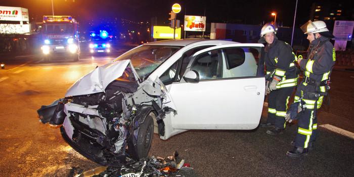 Gegenverkehr beim Abbiegen übersehen – Frau bei Unfall auf B54 schwer verletzt